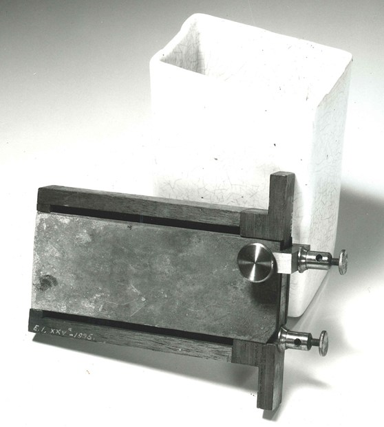Photograph of an early single fluid battery cell
